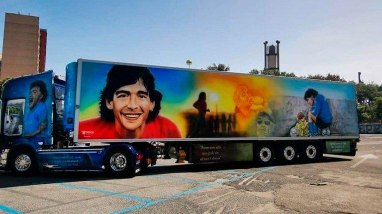 Un camión ploteado en homenaje a Diego Maradona.