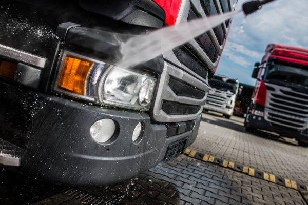 depositphotos_172370406-stock-photo-semi-truck-tractor-washing